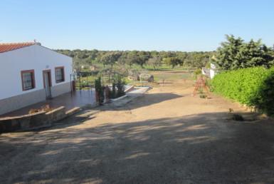 1020 OPC Fincas Rústicas SurOeste 385x258 - Parcela de más de 3000m2 en Esparragalejo, con chalet y piscina